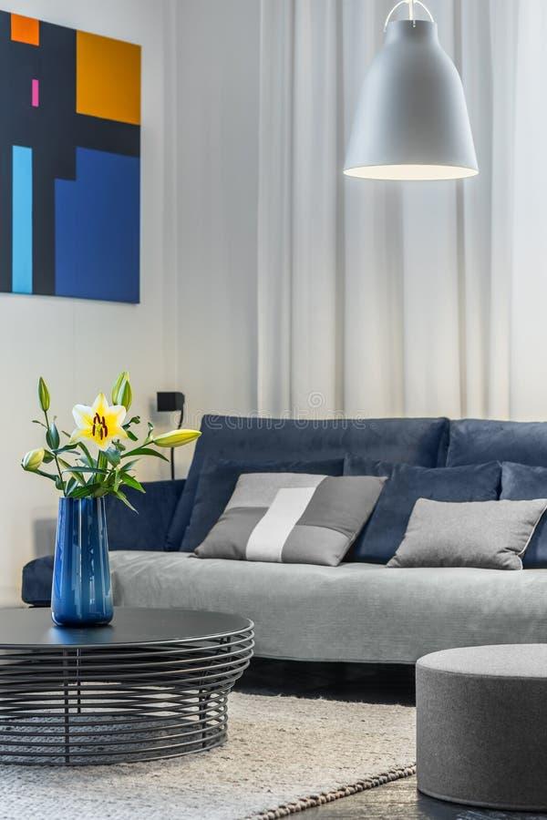 Wygodny żywy pokój z kanapą obrazy stock