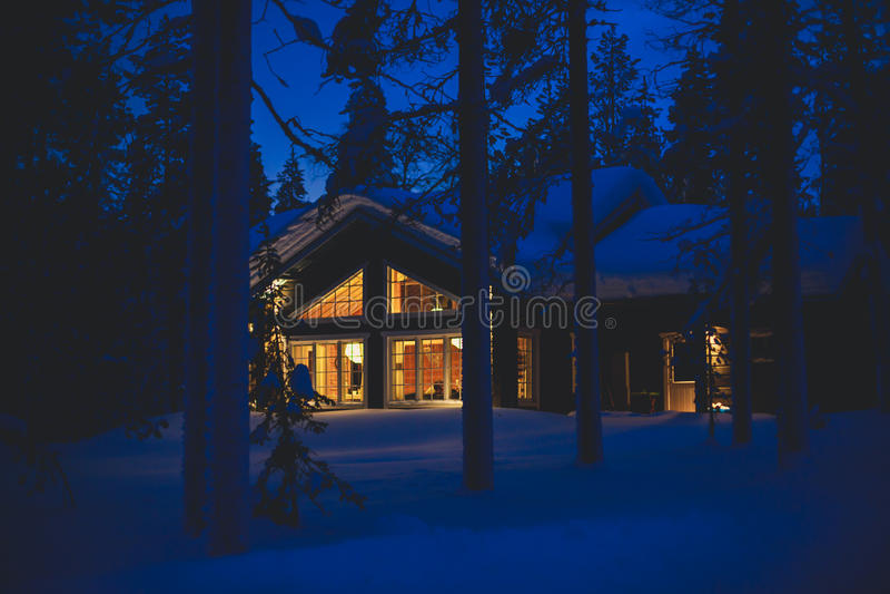 Wygodny chałupa szaletu dom blisko ośrodka narciarskiego w zimie obraz royalty free
