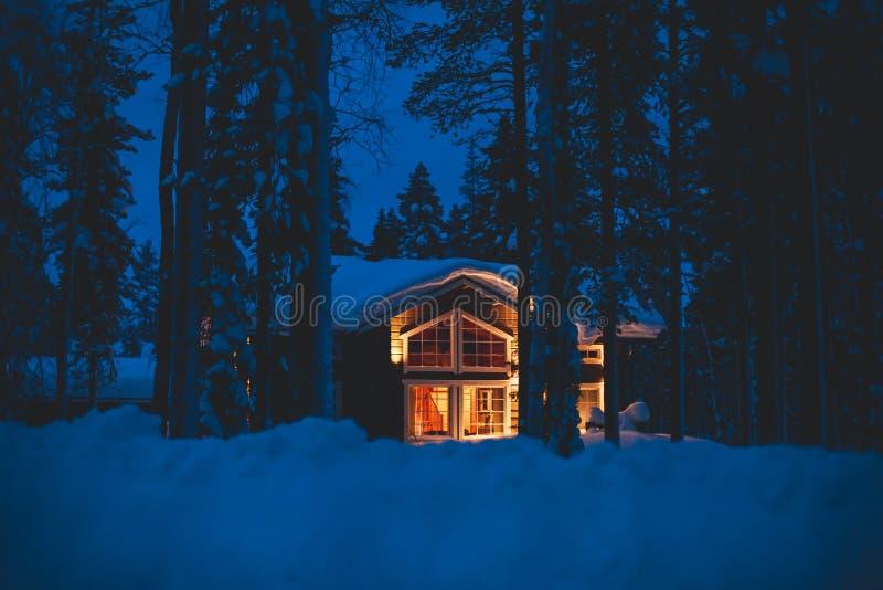 Wygodny drewniany chałupa szaletu dom blisko ośrodka narciarskiego w zimie zdjęcia stock