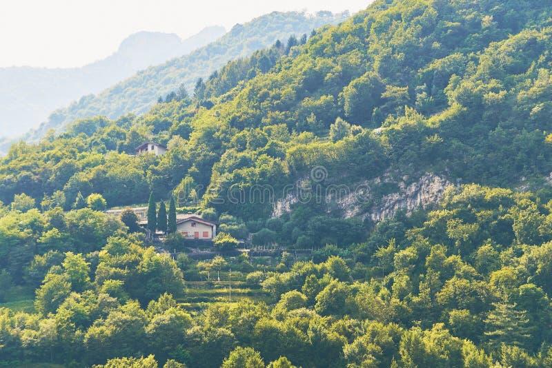 Wygodny gospodarstwo rolne na halnym pobliskim jeziornym Gardzie w Włochy zdjęcie stock
