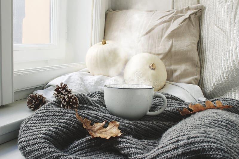 Wygodny jesień ranku śniadanie w łóżka wciąż życia scenie Parująca filiżanka gorąca kawa, herbaciany trwanie pobliski okno upadek zdjęcie royalty free