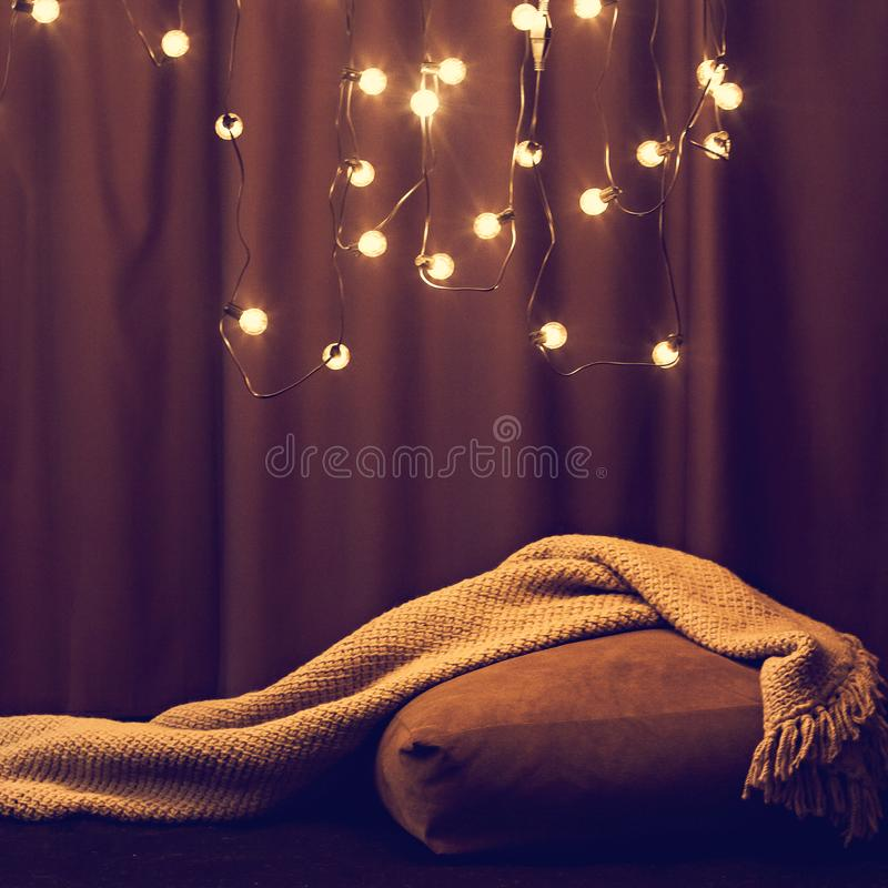 Wygodny kąt dom Światła, kanapa z poduszkami i koc, Hyuugge, wygodny dom fotografia stock
