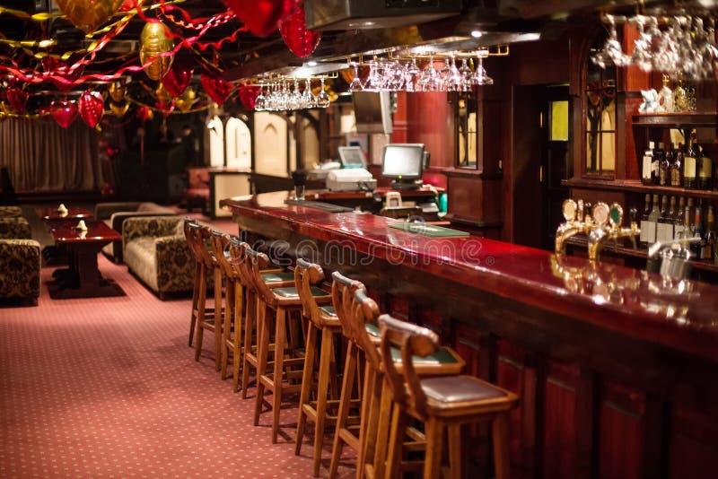Wygodny karaoke - Świetlicowy PHARAOH z drewnianymi krzesłami i dekoracjami zdjęcie royalty free