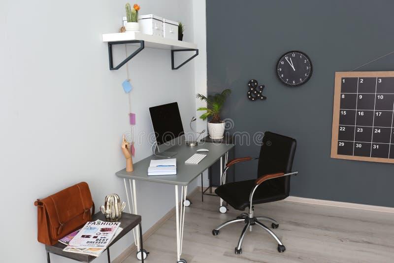 Wygodny miejsce pracy z komputerem na biurku fotografia royalty free