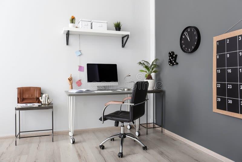 Wygodny miejsce pracy z komputerem na biurku obraz stock