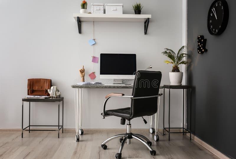 Wygodny miejsce pracy z komputerem na biurku w biurze zdjęcia royalty free