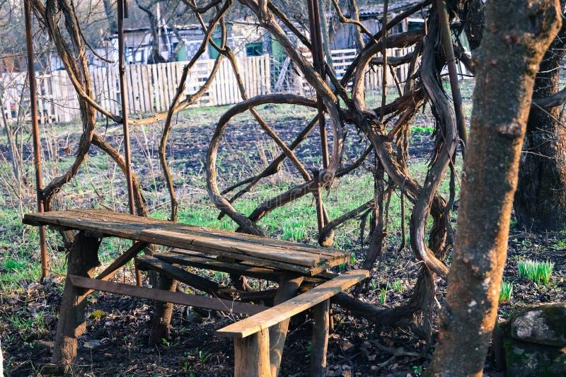 Wygodny miejsce w drewnianych ławkach ogrodowym stole i obrazy stock