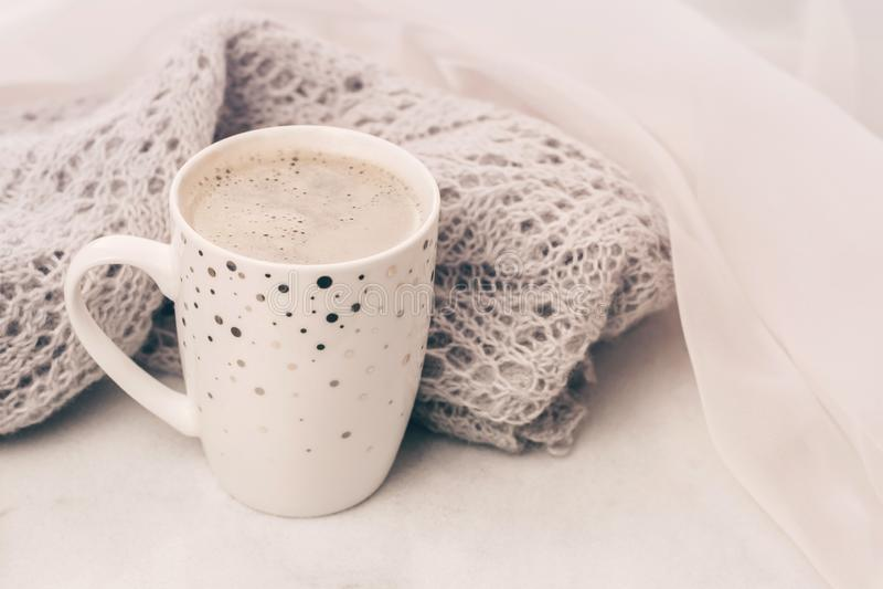 Wygodny pastelowy knitwear i fili?anka kawy na bielu wyk?adamy marmurem windowsill Zako?czenie fotografia royalty free