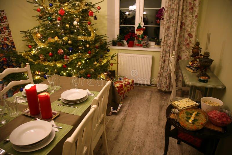 Wygodny pokój w domu na wsi przygotowywał dla wigilii kolacji zdjęcia royalty free