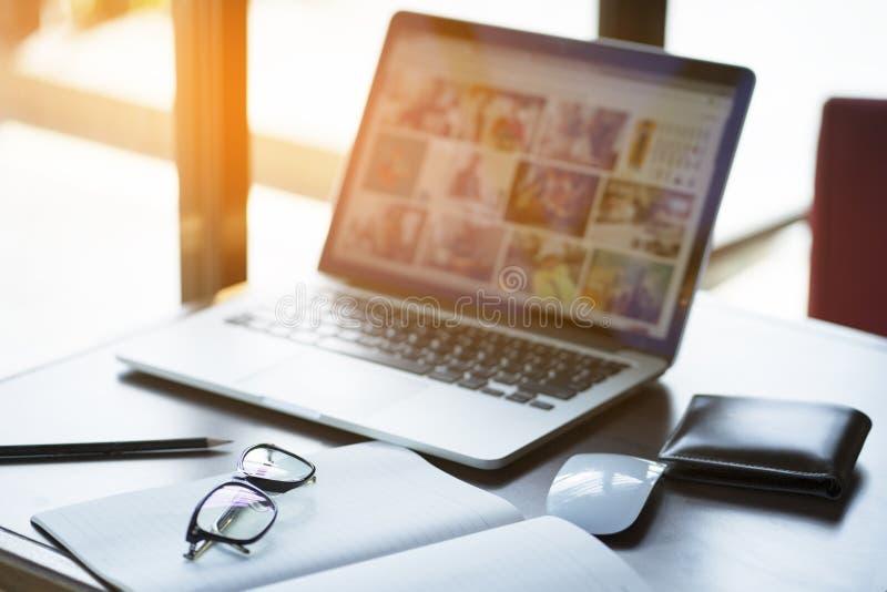 Wygodny pracujący miejsce Zakończenie wygodny pracujący miejsce w biurze z drewnianym stołem i laptopem kłaść na nim obraz royalty free