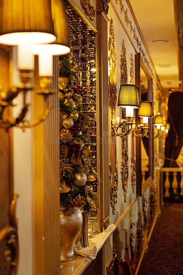 Wygodny restauracyjny wnętrze w złotym kolorze obrazy royalty free