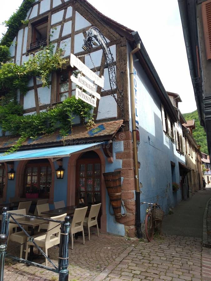 Wygodny sklep z kawą w typowym błękita domu w rhenish stylu w Kaysesberg, Alsacia zdjęcie royalty free