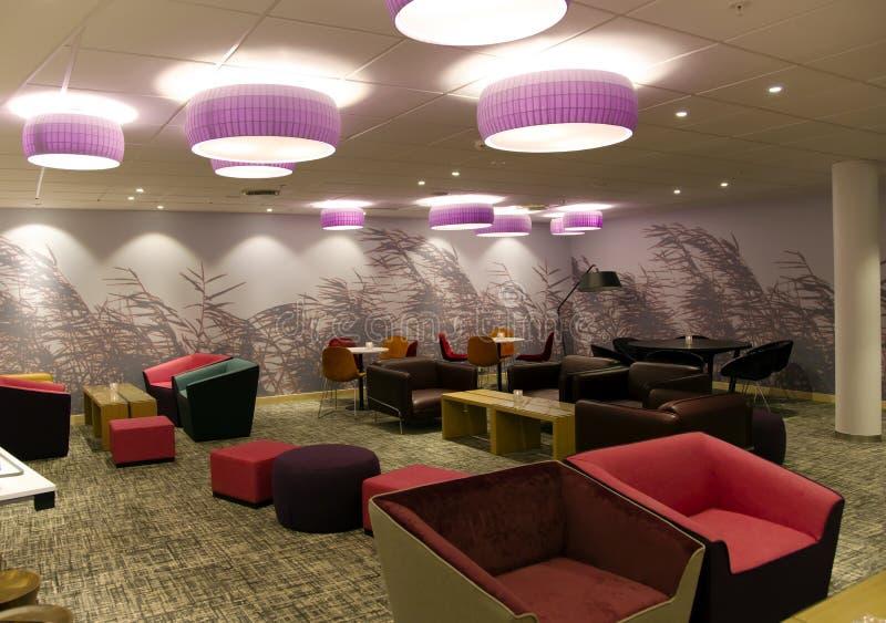 Wygodny wnętrze lobby w nowożytnym hotelu zdjęcia stock