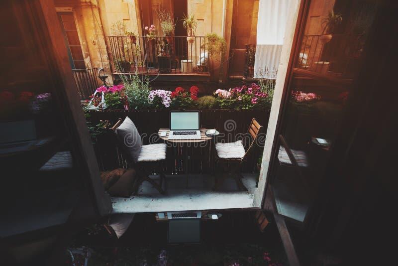 Wygodny workspace na balkonie obraz stock