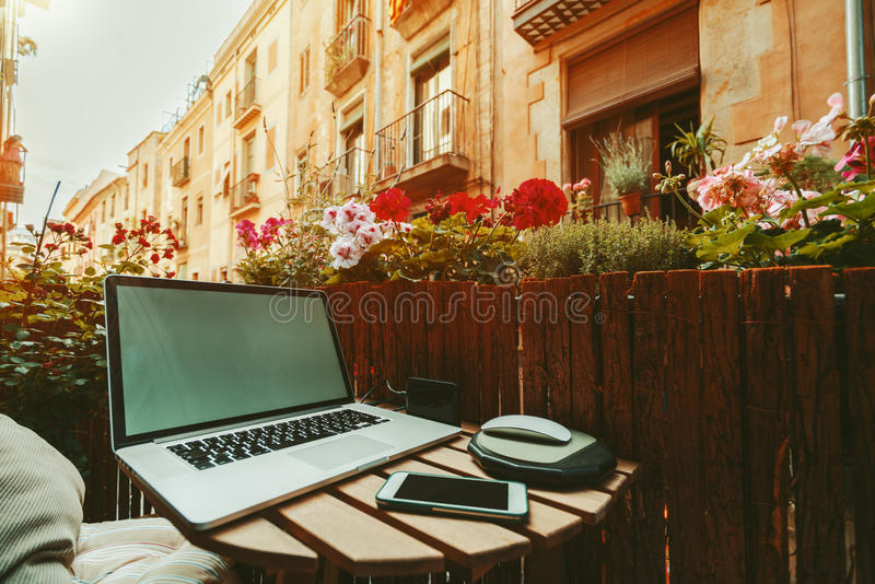 Wygodny workspace na balkonie na słonecznym dniu fotografia royalty free