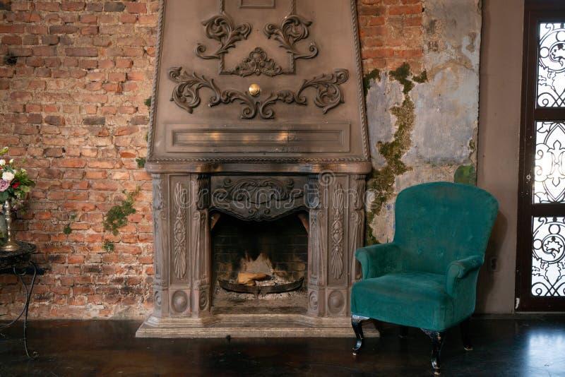 Wygodny zielony krzesło i wygodna graba nikt zdjęcia royalty free