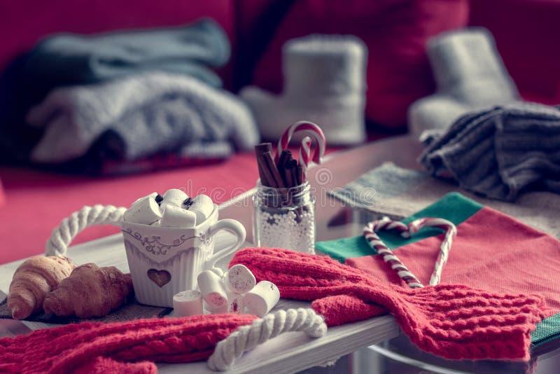 Wygodny zimy wciąż życie, składa się, filiżanka kawy, marshmallow, croissants, pasiaści lizaków oes z zdjęcie royalty free