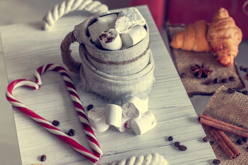 Wygodny zimy wciąż życie, składa się, filiżanka kawy z marshmallow, croissants i pasiaści lizaki, zdjęcie royalty free