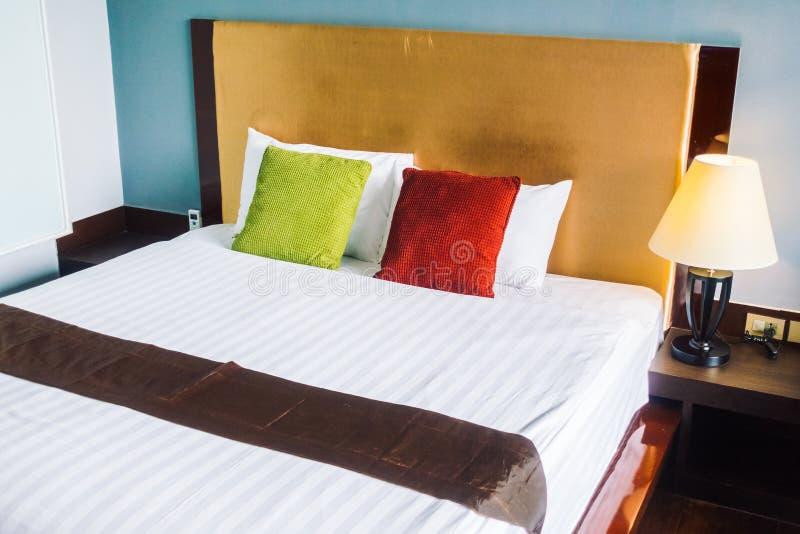 Wygody poduszka na łóżkowym dekoraci wnętrzu obraz royalty free
