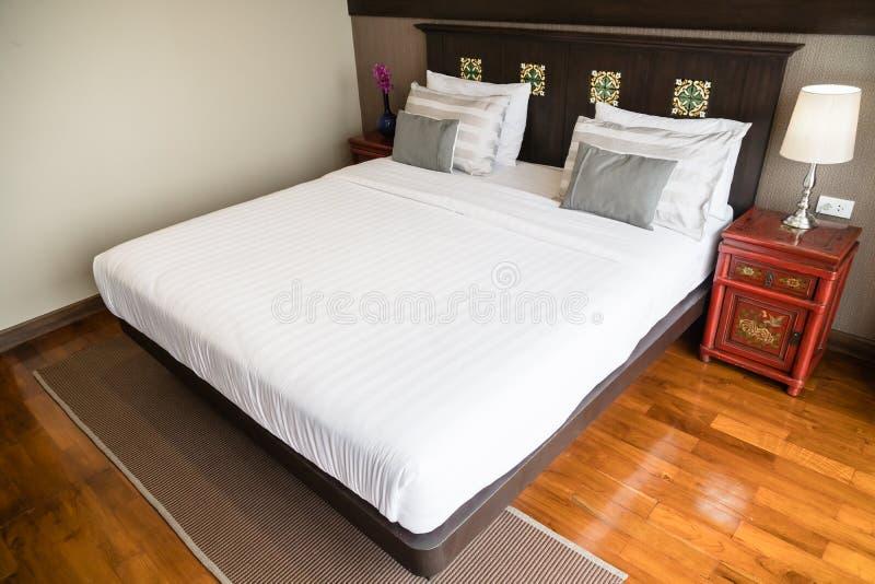 Wygody poduszka na łóżku obrazy royalty free