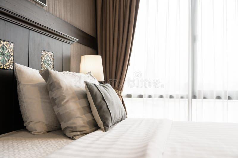 Wygody poduszka na łóżku obraz stock
