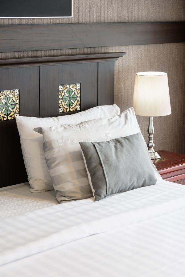 Wygody poduszka na łóżku fotografia stock
