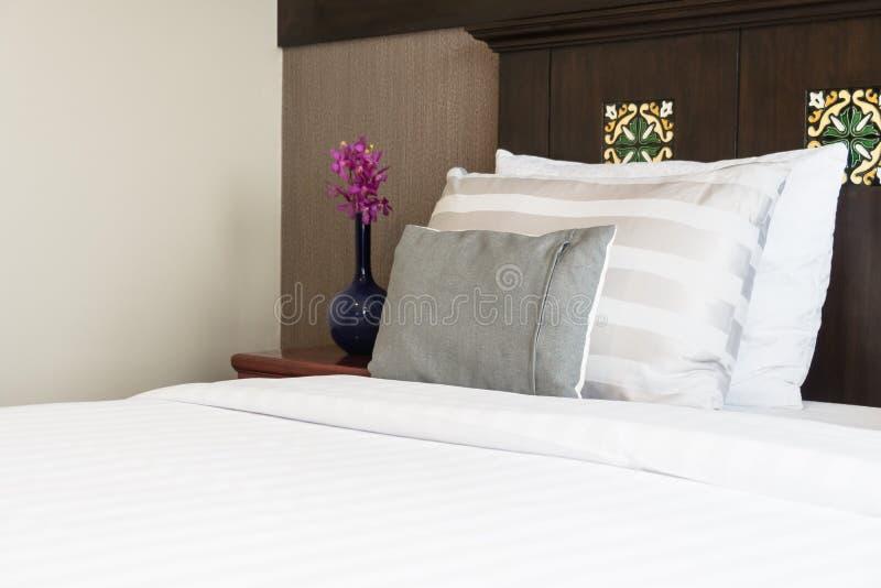 Wygody poduszka na łóżku zdjęcia royalty free