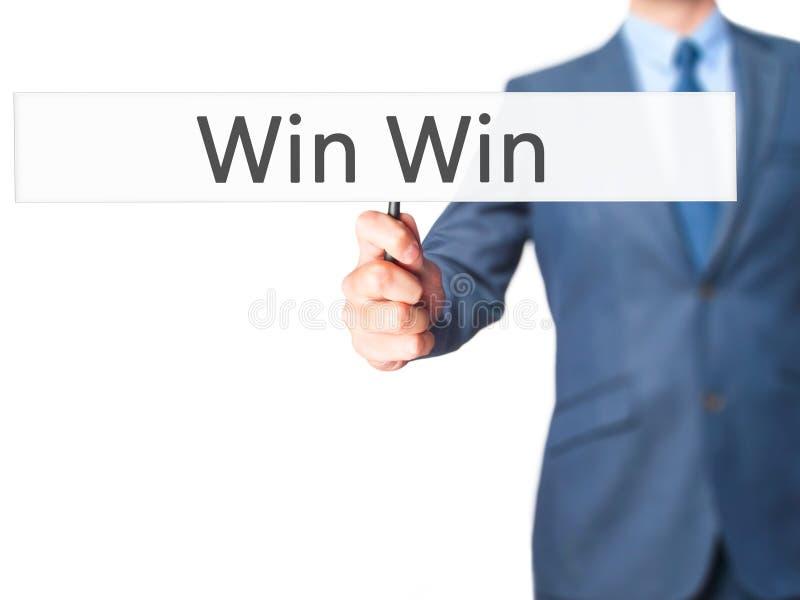 Wygrany wygrana - biznesmen ręki mienia znak obrazy stock