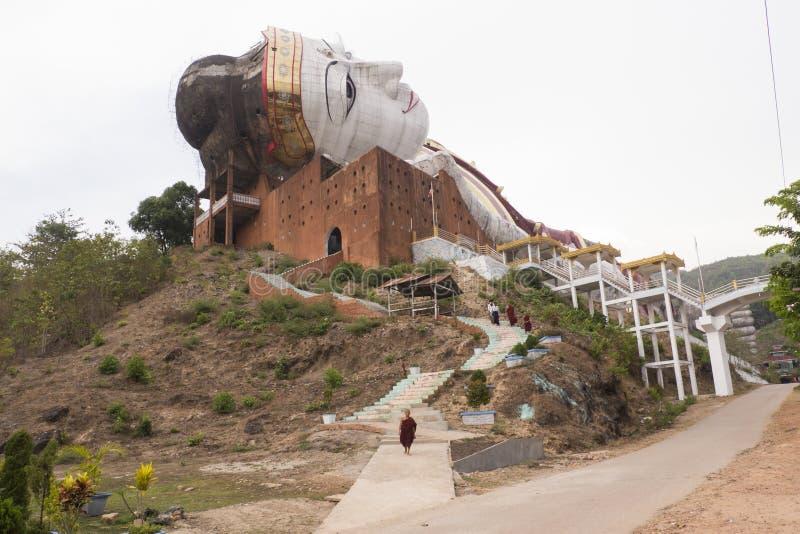 Wygrywa Sein Taw Ya, opiera Buddha statuę przy Mudon blisko Mawlamyine, fotografia stock