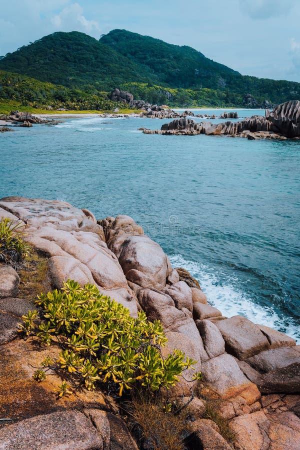 Wyjątkowo naturalny seascape losu angeles Digue wyspa przy Seychelles Ustronna pilot plaża z granitowymi skałami zdjęcia royalty free