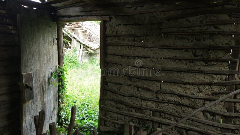 Wyjścia drzwi od starych i zaniechanych bydło fotografia royalty free