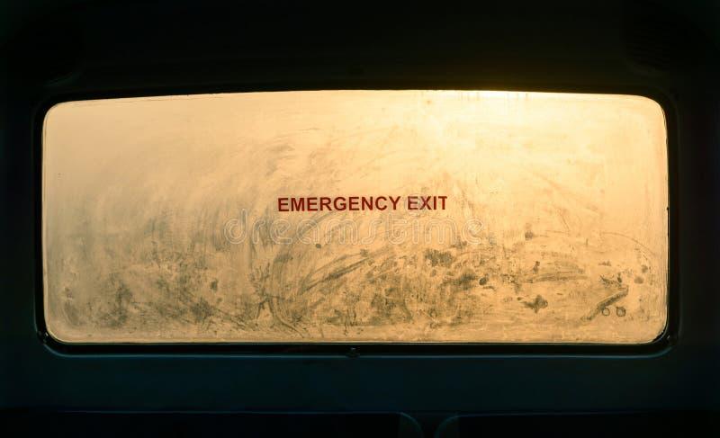 Wyjście ewakuacyjne znak na mglistym okno obrazy stock