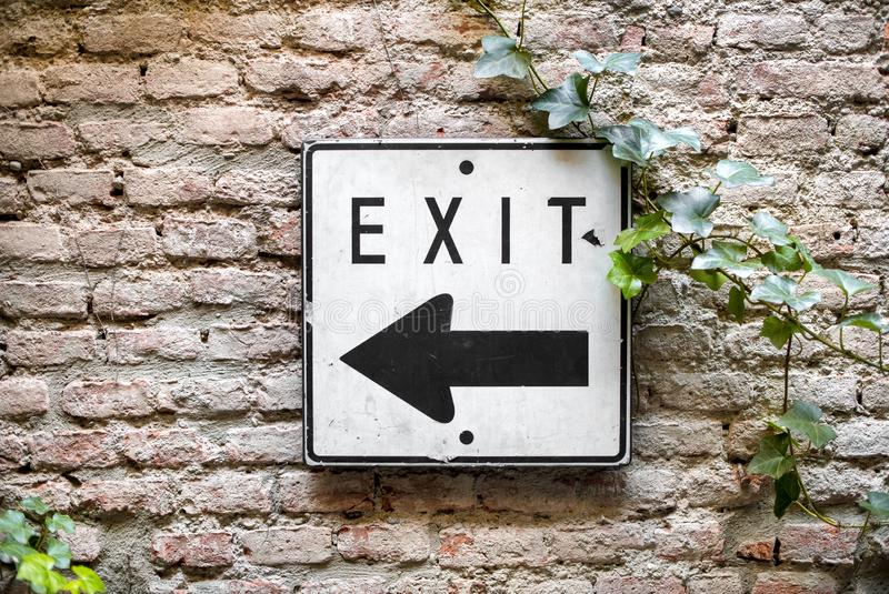 Wyjście kierunku znak wskazuje lewica obrazy stock