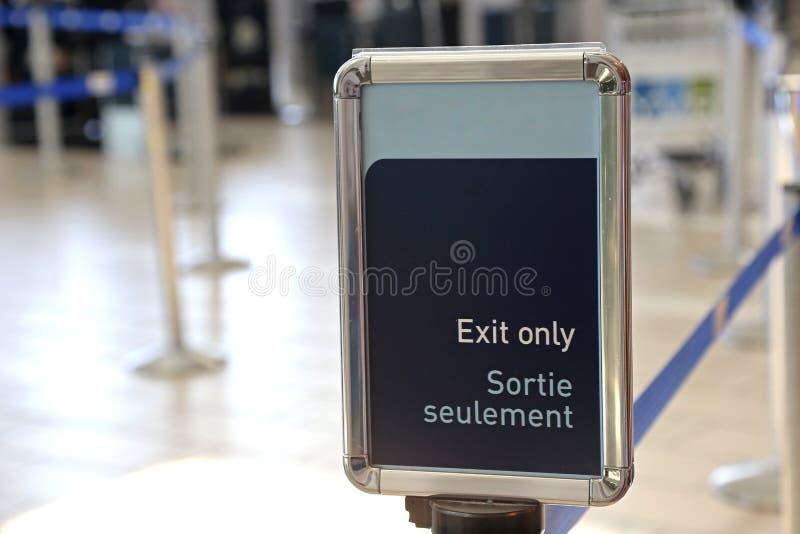 Wyjście podpisuje wewnątrz lotnisko zdjęcia stock