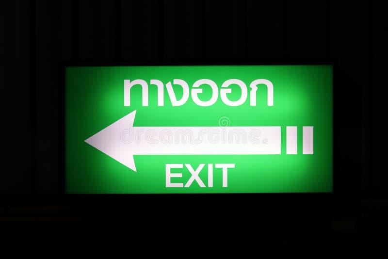 Wyjście znaka pudełko, nocy Signage pudełka Biała strzała, zielonego tła Tajlandzki słowo obrazy stock