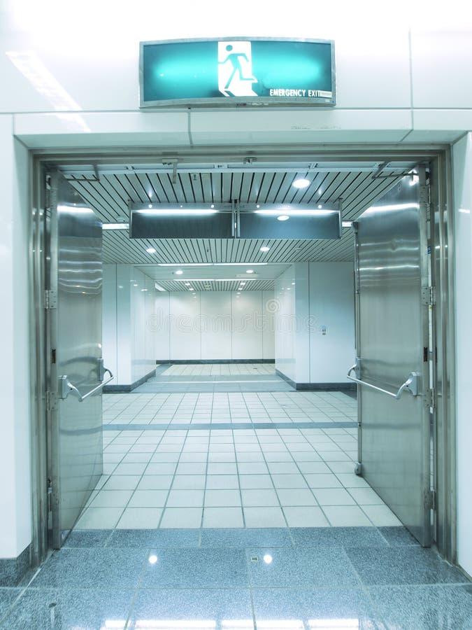 Download Wyjście ewakuacyjne zdjęcie stock. Obraz złożonej z budynek - 13340920