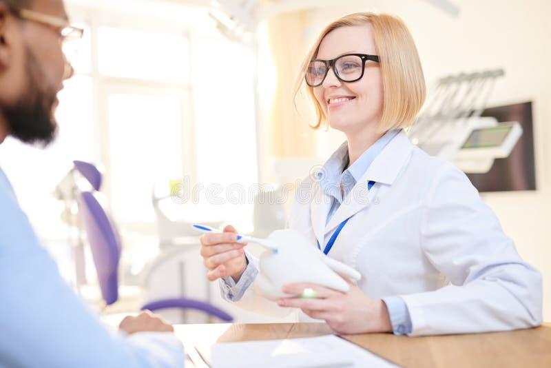 Wyjaśniać traktowanie sceny pacjent obraz stock
