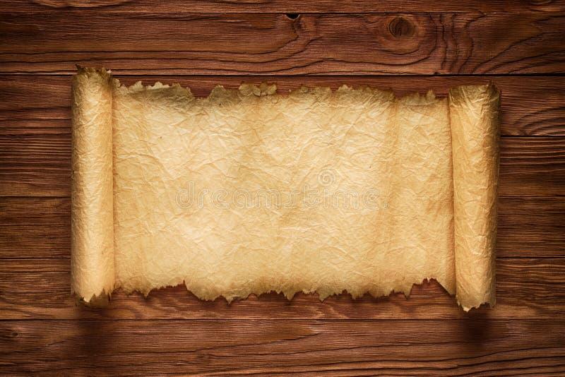 Wyjawiona ślimacznica na drewnianym stole, stara papierowa tekstura, tło fotografia stock