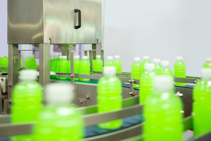 Wykłada dla butelki i produkcji sok lub woda Konwejer przemysł spożywczy obrazy royalty free