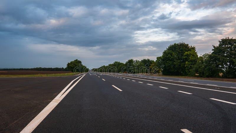 Wykłada na autostrady drogowy prowadzić horyzont fotografia stock
