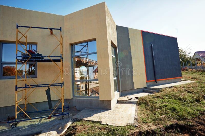 Wykończeniowy budować na fasadzie budynek z używa narzędzia dla kończyć obrazy royalty free