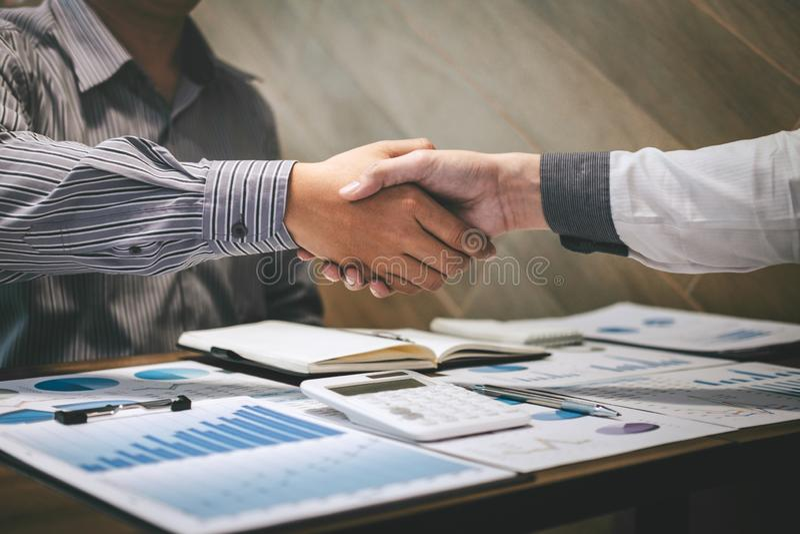 Wykończeniowy w górę rozmowy po współpracy, uścisk dłoni dwa ludzie biznesu po tym jak kontraktacyjna zgoda zostać partnerem, zdjęcia royalty free