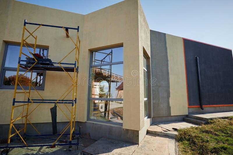 Wykończeniowy budować na fasadzie budynek z używa obrazy royalty free