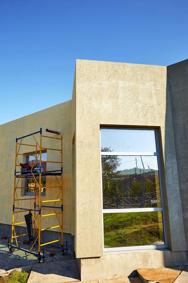 Wykończeniowy budować na fasadzie budynek z używa zdjęcia royalty free