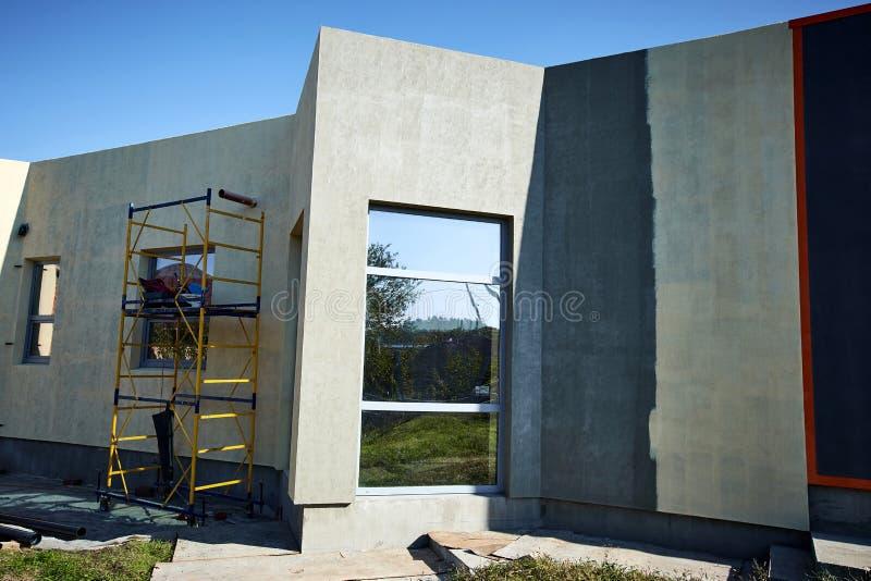Wykończeniowy budować na fasadzie budynek z używa fotografia stock