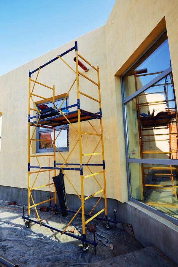 Wykończeniowy budować na fasadzie budynek z używa zdjęcie stock