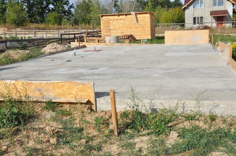 Wykonanie płyt fundamentowych z betonu zbrojonego Konstrukcja Płyty Pływającej Płytowej Płyty Fundamentowej Domowej Płyta betonow obraz royalty free
