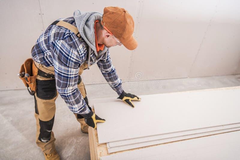 Wykonawca Budowy Mężczyzn Przygotowuje Instalację Sheetrock obraz stock