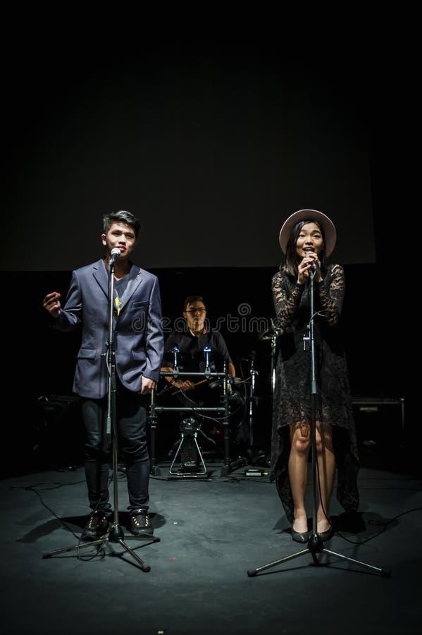 Wykonawcy na scenie w ciemnym studiu zdjęcie royalty free