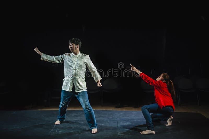 Wykonawcy postępuje na scenie w ciemnym studiu fotografia stock